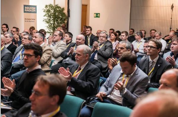 Friedrich Szukitsch inmitten der Teilnehmer der Instandhaltungskonferenz 2014.