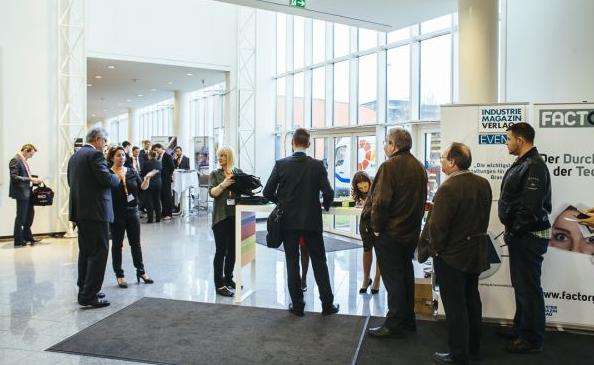 Die ersten Teilnehmer treffen bei der Instandhaltungskonferenz ein, unter ihnen auch Ing. Friedrich Szukitsch.