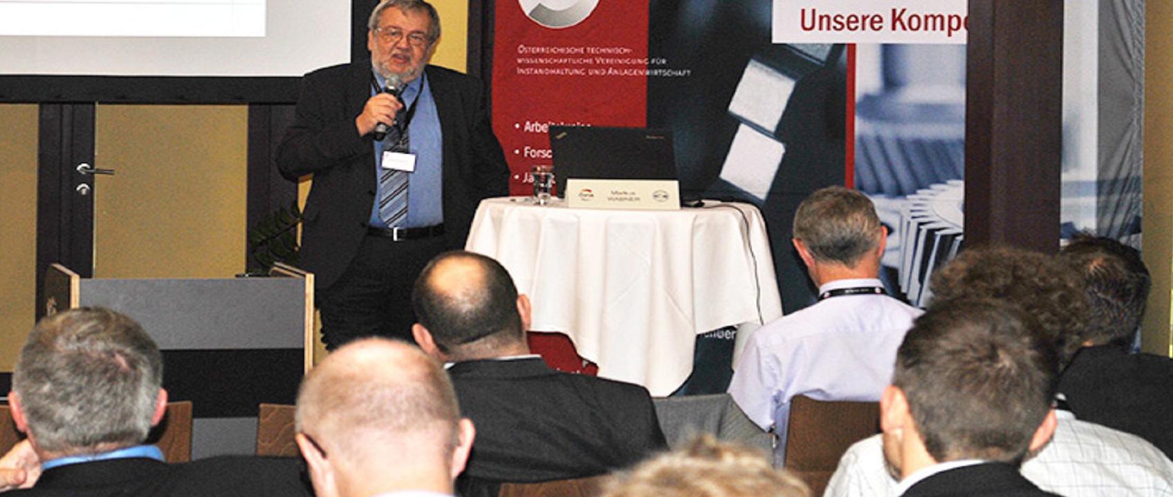 Friedrich Szukitsch bei der Moderation am ÖVIA-Kongress 2015 © ÖVIA